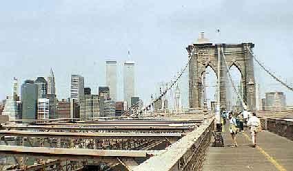 Una de Leiva cruzando el puente de Brooklyn